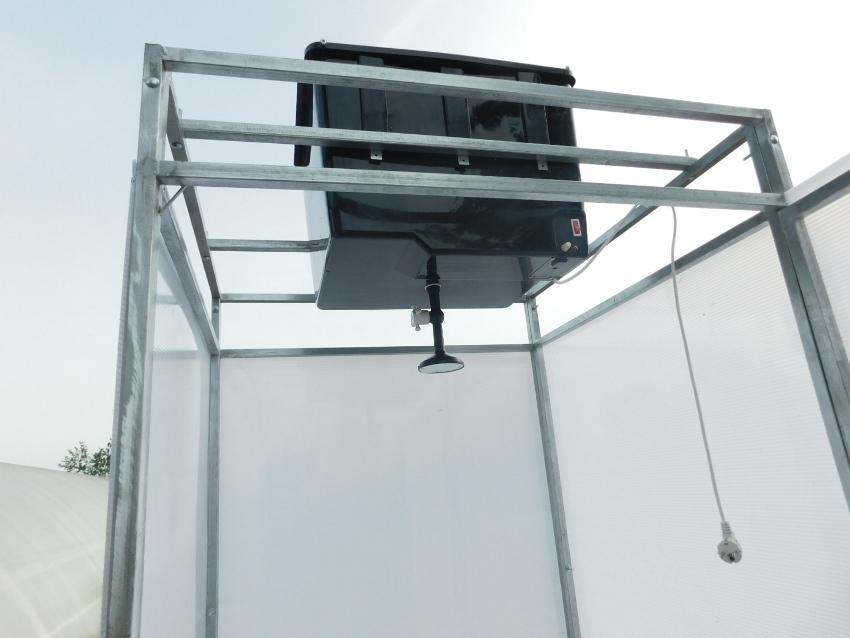 Самой востребованной моделью является – готовый пластиковый душ с раздевалкой и обогреваемой от электросети емкостью