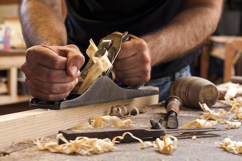 С помощью рубанка необходимо удалить все неровности на поверхности древесины