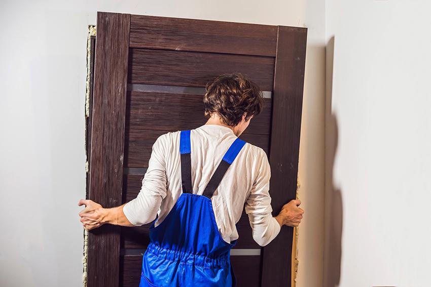 Чтобы правильно установить деревянную дверь нужны хороший глазомер и точность
