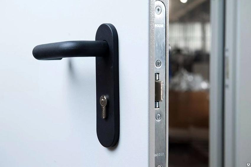 Металлическая дверь подходит только в качестве входной, для внутренних помещений она не годится из-за большого веса
