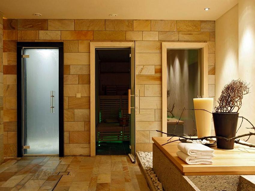 Способ установки для дверей из разных материалов будет отличаться