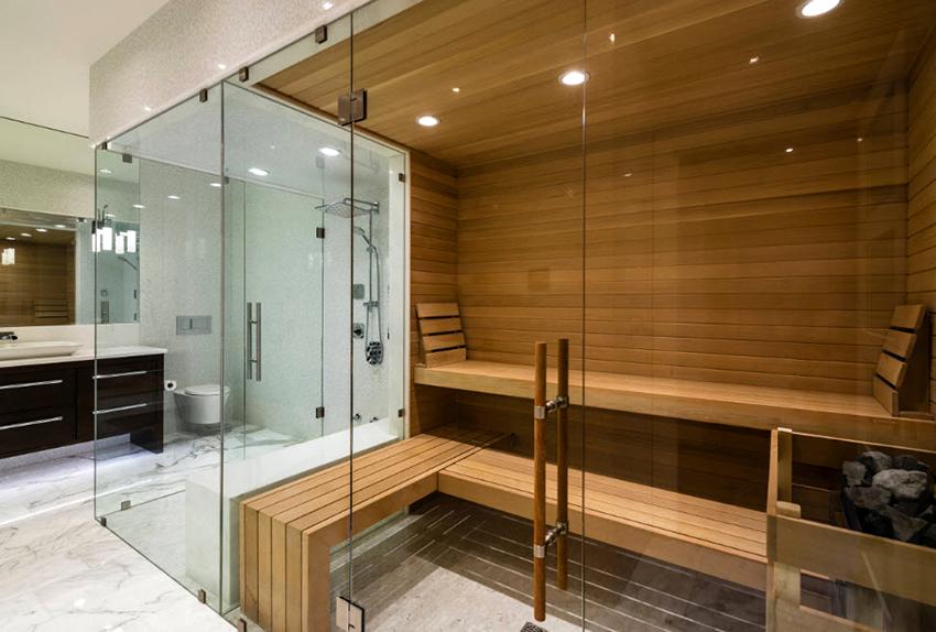 Сочетание стекла и дерева в бане смотрится современно и стильно
