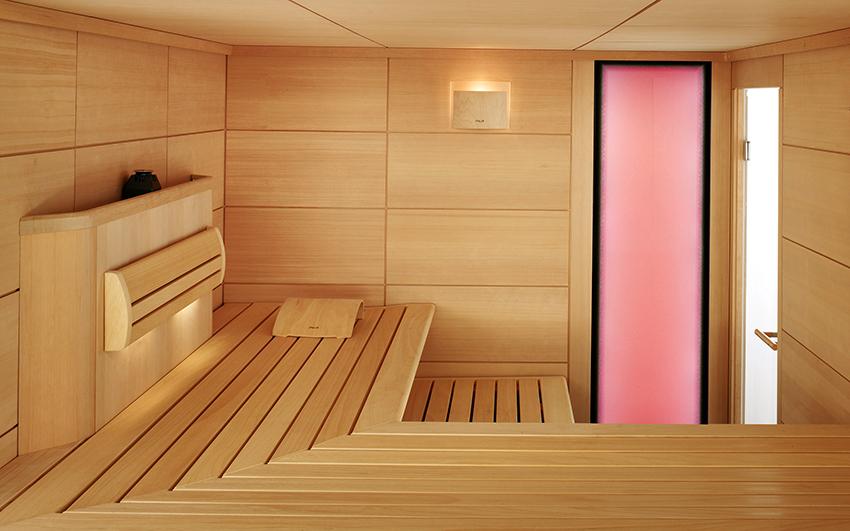 Для изготовления двери в баню используют дерево, стекло, пластик и металл