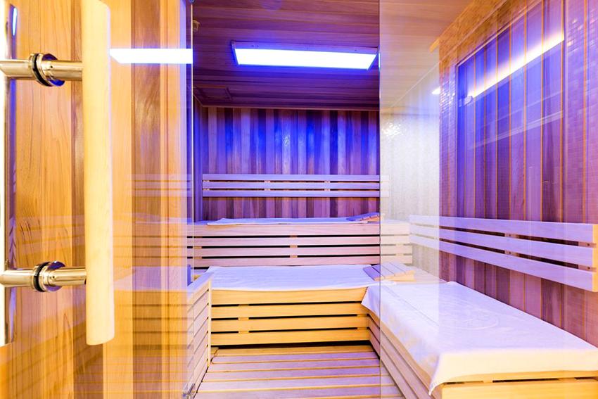 Стекло для двери в баню может быть прозрачное, матовое, тонированное и даже цветное