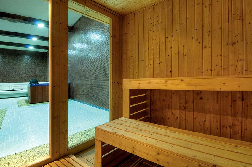 Двери из стекла идеально подходят для очень маленьких бань и саун