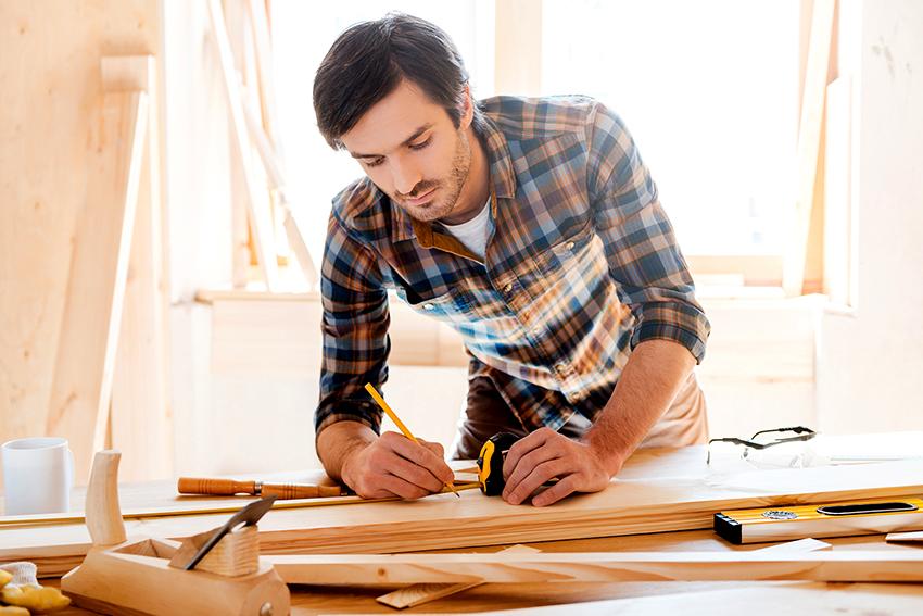 Перед соединением доски раскладываются на столе в произвольном порядке, чтобы получился уникальный древесный рисунок