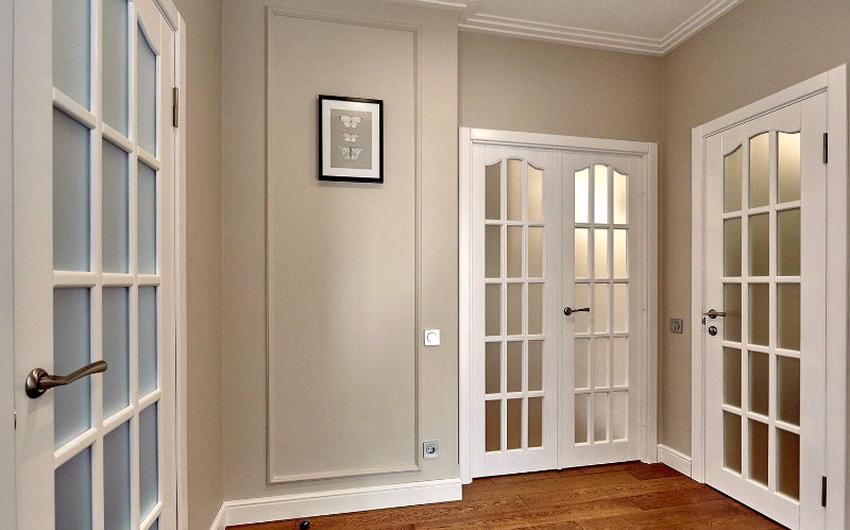 Белые межкомнатные двери со стеклянными вставками смотрятся довольно элегантно