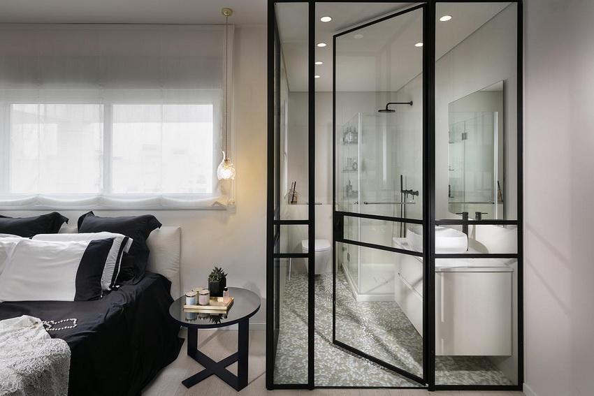 Нередко дверь из стекла устанавливают на входе в ванную комнату