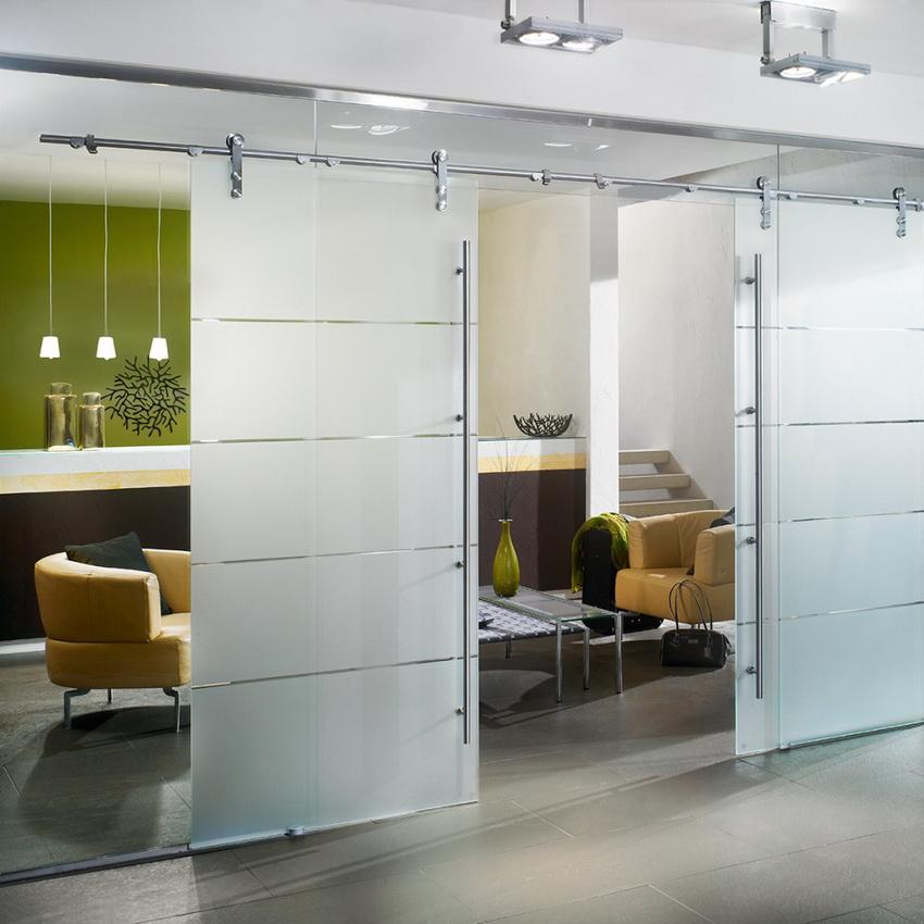 Раздвижные двери из матового стекла лучше всего подходят для интерьеров в стиле хай-тек