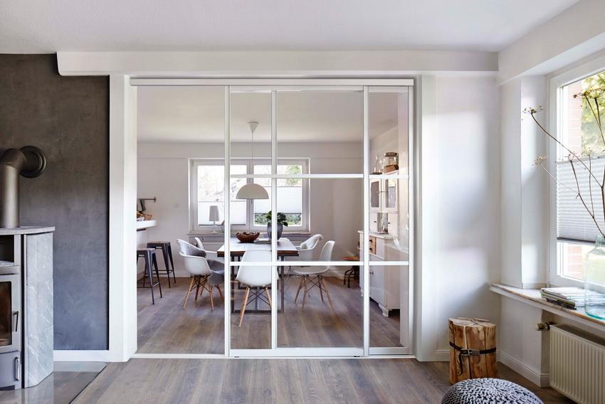 Для двери можно использовать и обычное стекло, но такая конструкция прослужит недолго, поэтому лучше выбирать закаленное или армированное