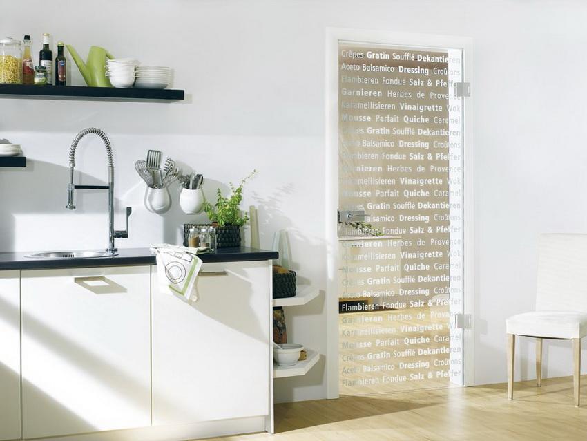Для стеклянной двери можно создать любой уникальный дизайн