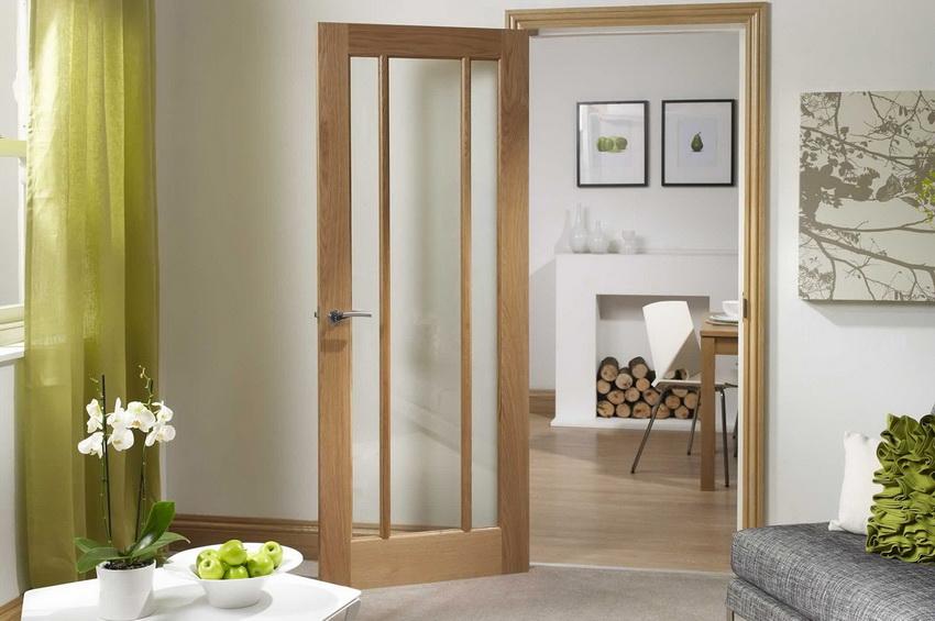 Сочетание дерева и стекла в межкомнатных дверях выглядит в интерьере довольно роскошно