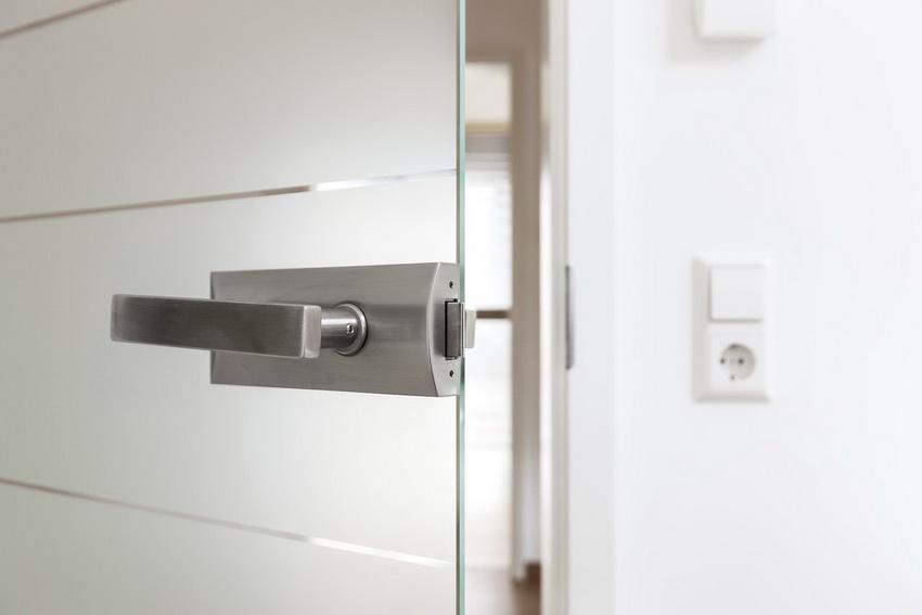 Большинство моделей стеклянных дверей комплектуются ручками во время изготовления, однако их можно приобрести и отдельно