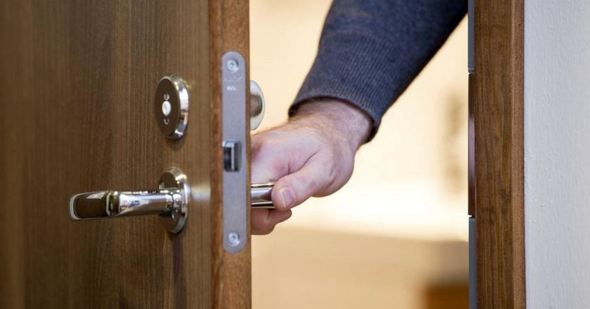 Качество фурнитуры - немаловажный критерий, влияющий на срок службы двери