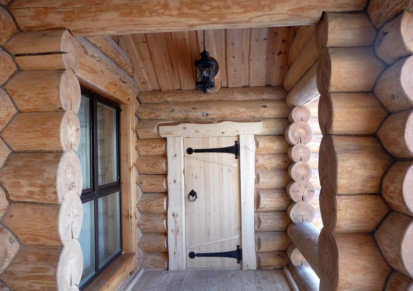 При строительстве бани из бруса или деревянного сруба установка двери из массива - идеальный вариант