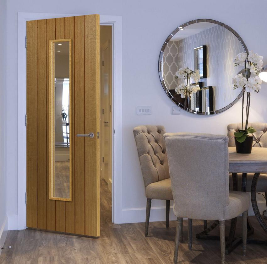 Двери из натурального дерева подходят под любой стиль интерьера