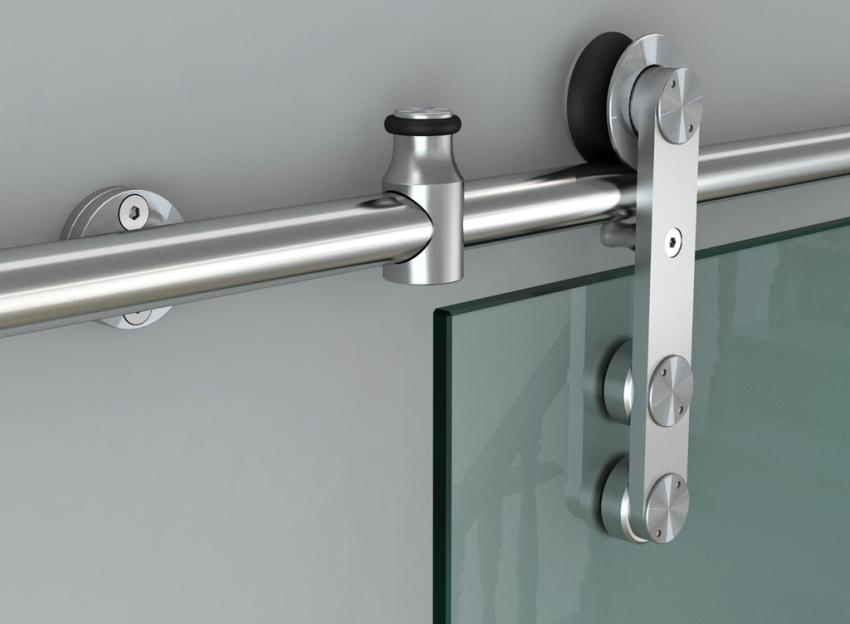Закрывание и открывание раздвижных дверей осуществляется за счет роликов, которые располагаются в нижней или верхней части конструкции