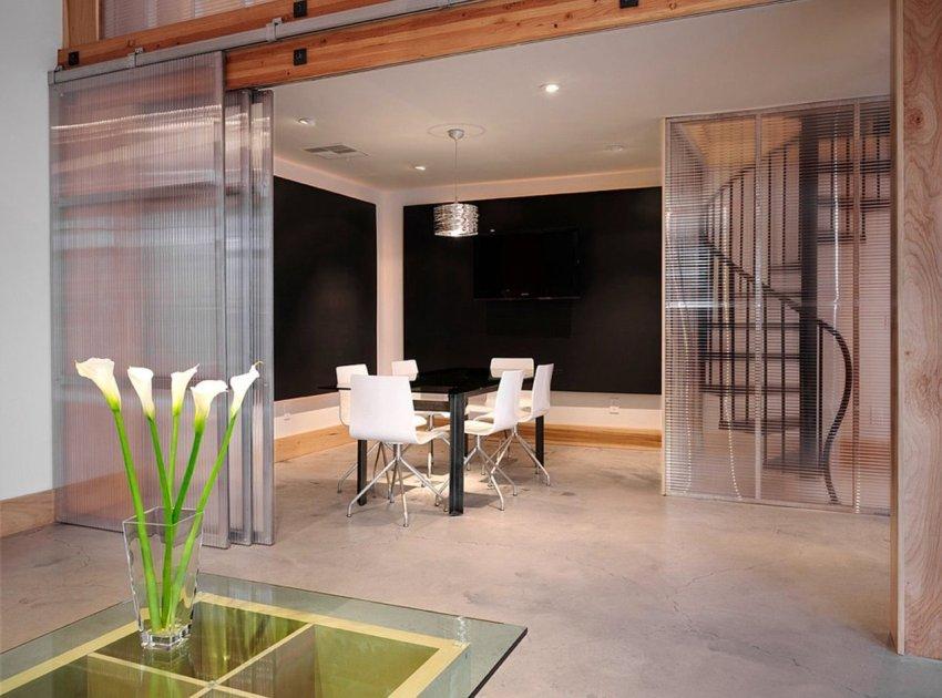 Навесные конструкции стеклянных дверей-купе фиксируется на стене или потолке, в отличии от подвесных