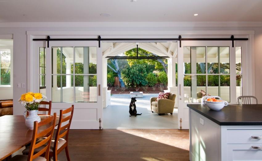 Раздвижные стеклянные двери способны пропускать в помещение значительное количество естественного света