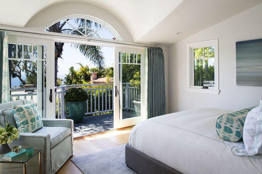 Прозрачные раздвижные двери – обязательный момент, если из балкона открывается живописный вид