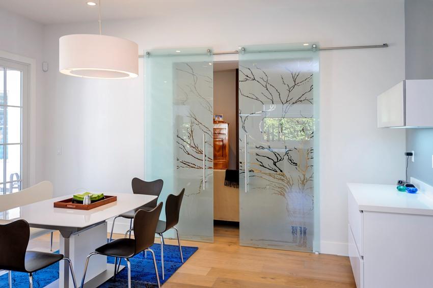 Раздвижные двери способны не только придать помещению более воздушный, открытый вид, но и существенно сэкономить свободное пространство