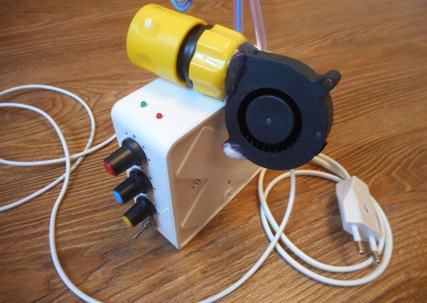 Любой дымогенератор для коптильни холодного копчения состоит из контейнера, насоса (компрессора) и эжектора