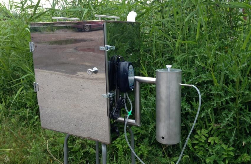 Самодельный дымогенератор собирают и присоединяют его к коптильной камере