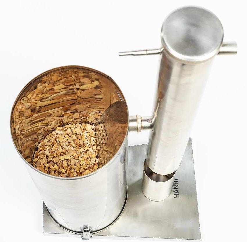 Корпус можно выполнить из широкой металлической трубы или же сварить из кусков металла
