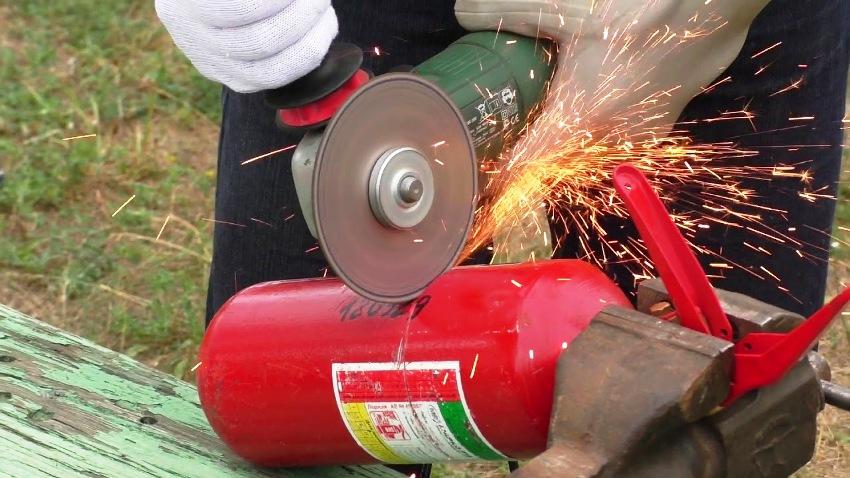 Для того чтобы изготовить дымогенератор, берется огнетушитель диаметром около 100 мм и длиной в 500 мм