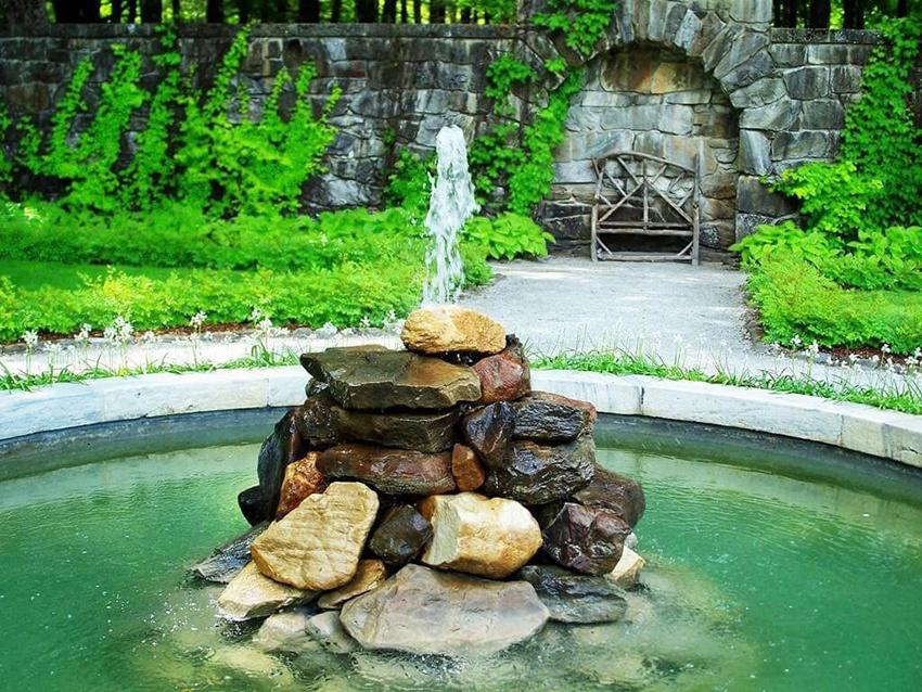 По типу движения воды фонтаны могут быть открытые и закрытые