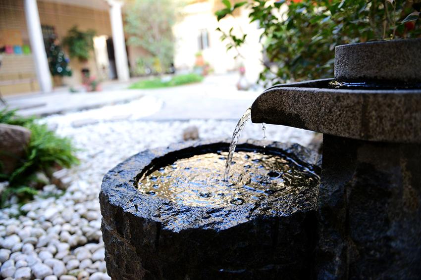 В фонтанах каскадного типа вода из верхних чаш перетекает вниз