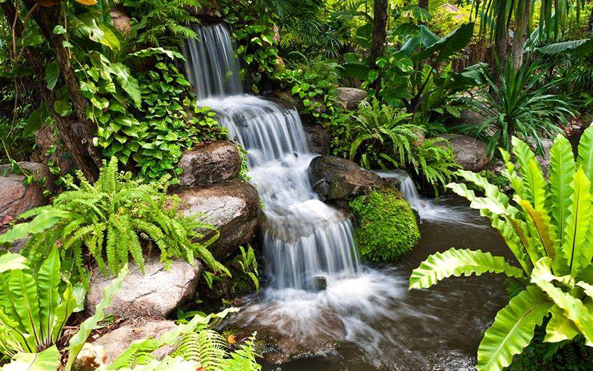 Декоративный водопад способен полностью преобразить атмосферу на участке