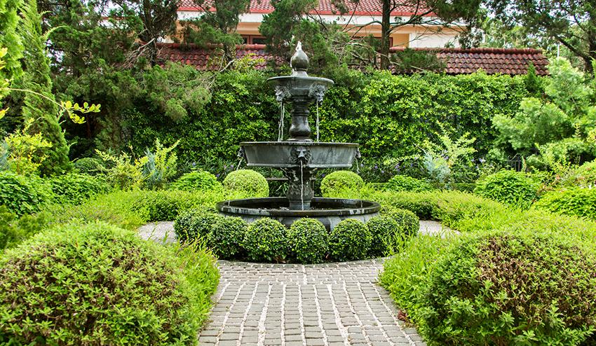 Для участка в классическом стиле идеально подойдет фонтан, состоящий из нескольких чаш