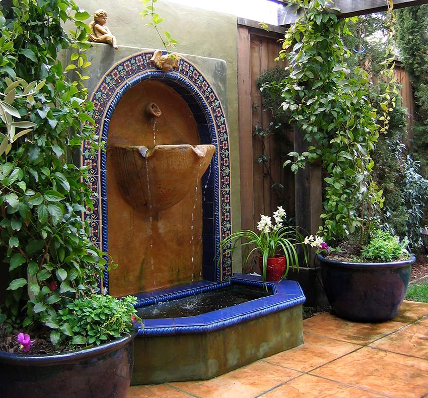 Чашу фонтана необходимо систематически чистить от налета, а также проверять на наличие трещин и царапин