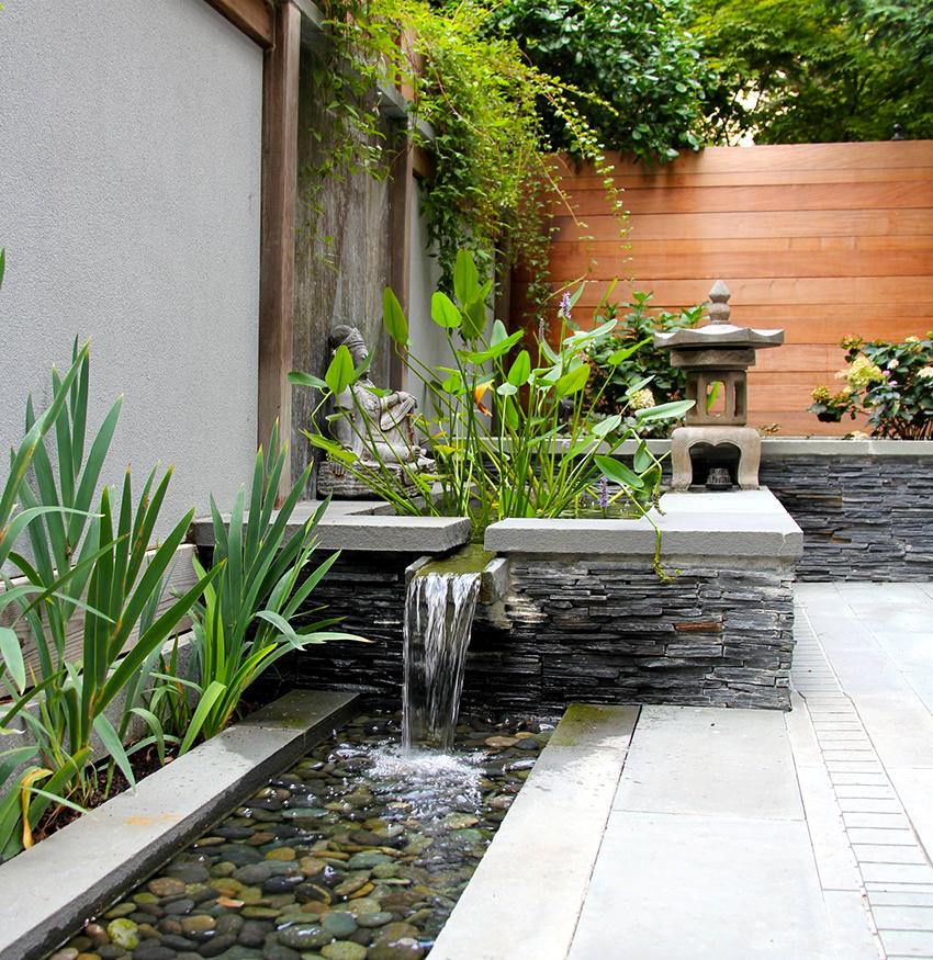Чтобы система фонтана не засорялась нужно постоянно удалять мусор с поверхности воды