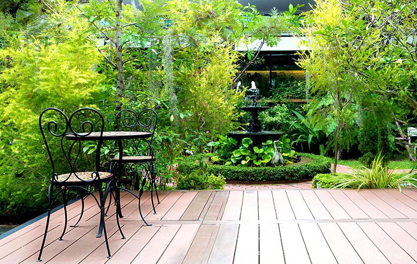 Возле фонтана приятно проводить время в жаркий период, так как он оптимизирует влажность и температуру вокруг