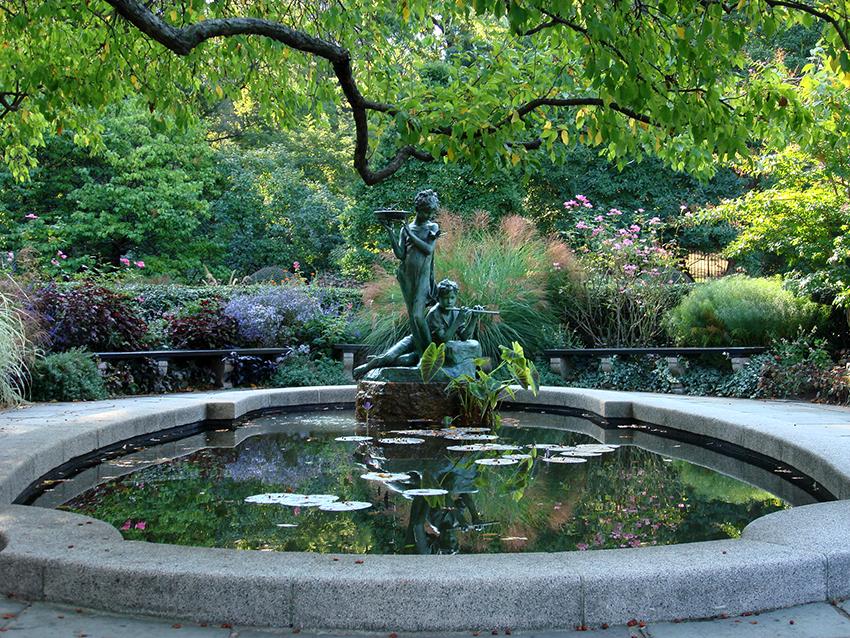 Необходимо тщательно продумать внешний вид фонтана, чтобы он вписался в общий дизайн на участке