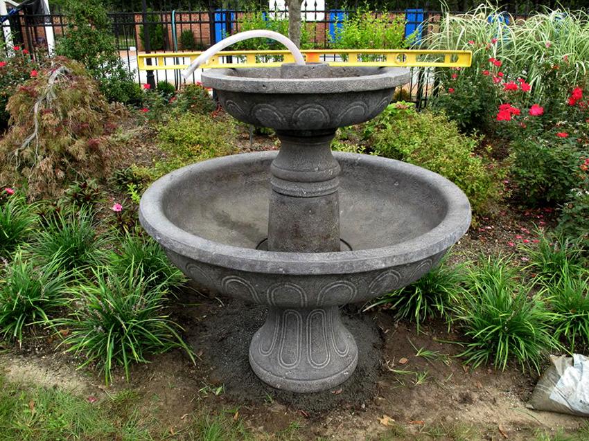 Емкость для фонтана может быть сделана из разнообразных материалов