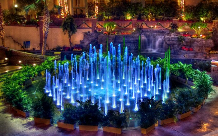 Дополнительно можно установить точечные светильники, чтобы фонтан красиво светился в темноте