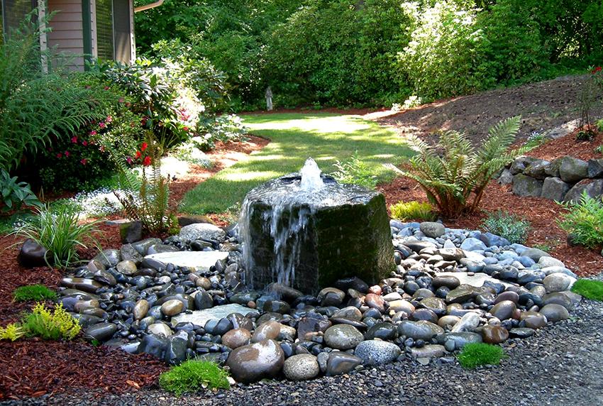 На небольшом дачном участке будет хорошо смотреться каменный мини-фонтан