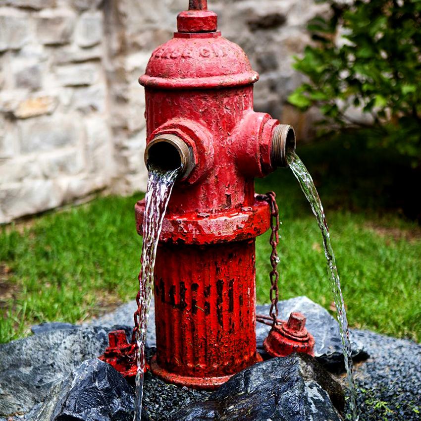 Оригинально будет выглядеть фонтан, сделанный из старого пожарного гидранта