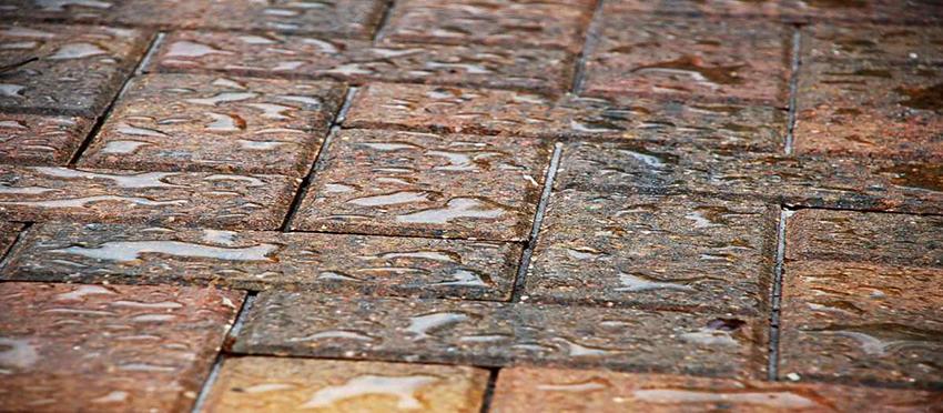 Чтобы тротуарная плитка долго служила и не нуждалась в частом ремонте рекомендуется обрабатывать ее гидрофобизаторами
