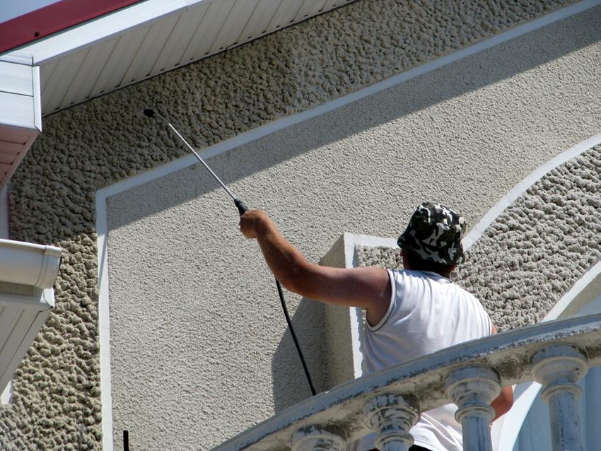 Гидрофобизаторы можно добавлять в бетон на стадии изготовления или наносить на поверхность готовых конструкций