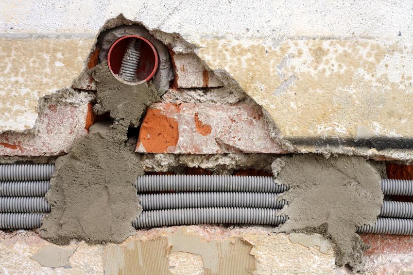 При демонтаже старой электропроводки гофрированную трубу необязательно извлекать из-под штукатурки