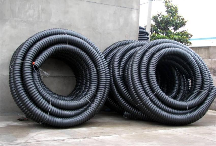Сверхтяжелая полимерная гофра используется для подземной прокладки (чаще всего выбирают для дачного участка и в промышленных целях)