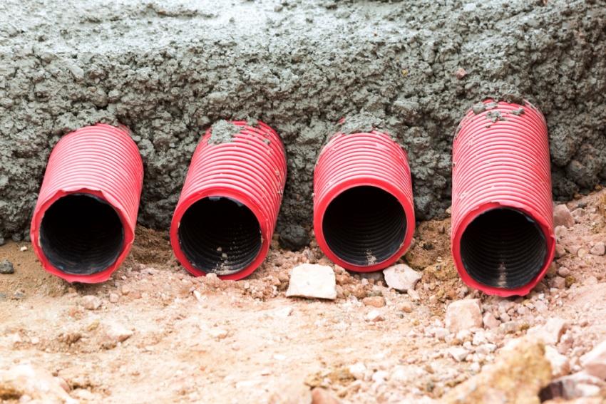 В строительстве гофрованные трубы ПВХ монтируют не только внутри зданий, но и снаружи