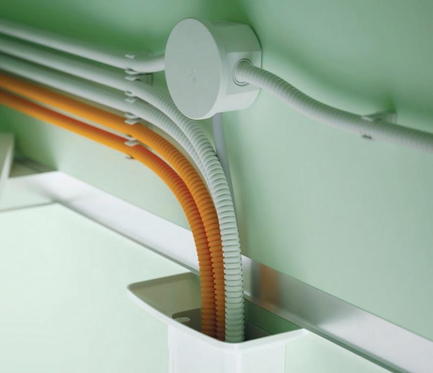 Гофра обеспечивает дополнительную влагоизоляцию электропроводки, что важно для помещений с повышенной влажностью