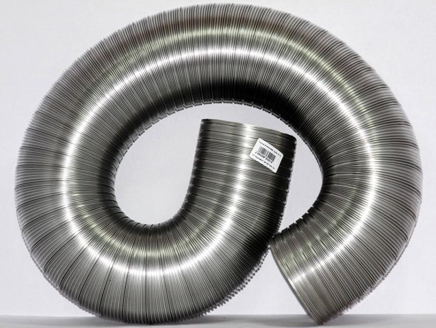 Гофрированная труба служит для соединения вентиляционного канала с вытяжкой