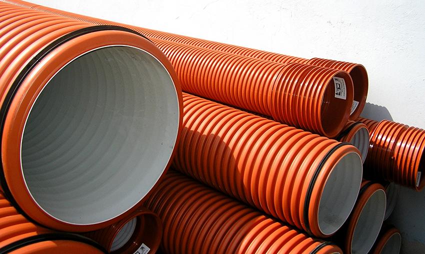 Пластиковая труба выглядит более презентабельно чем металлическая, но она менее устойчива к воздействиям температуры