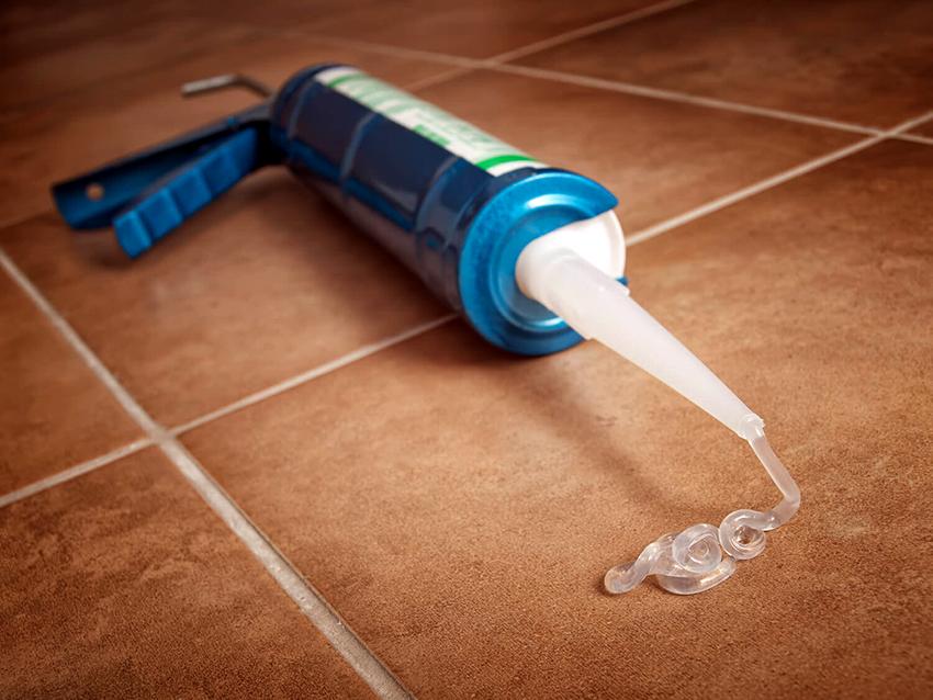 Для соединения гофротрубы с раструбом вытяжки понадобится герметик на силиконовой основе